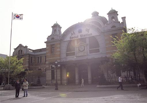 서울역의 함성과 통한 80년 5월 서울역 광장 시위 사진