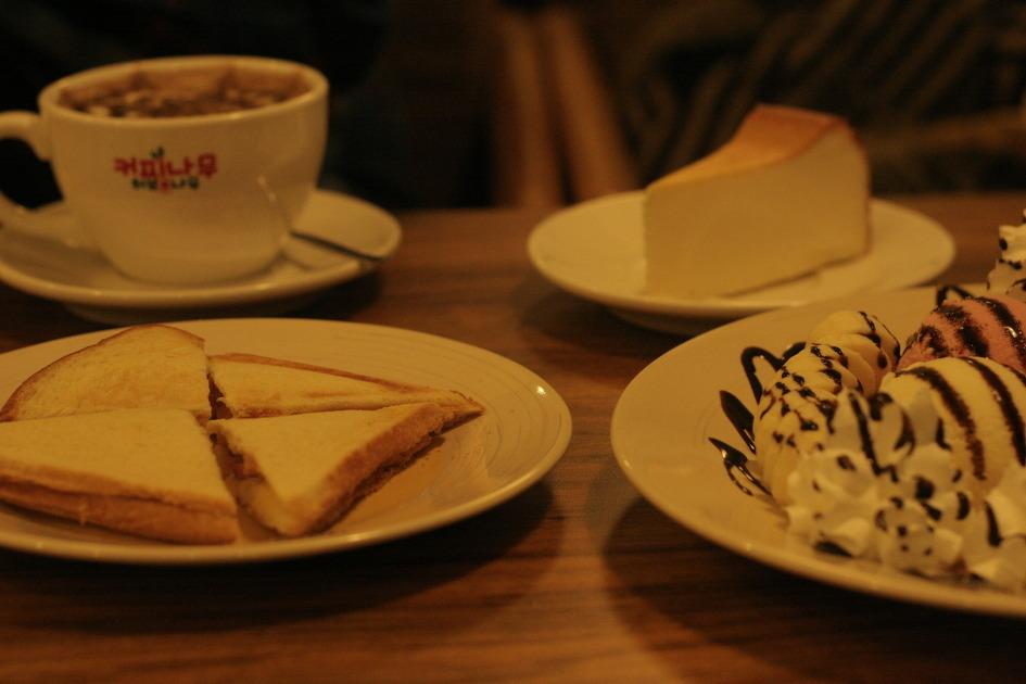 커피와 함께 시킨 다양한 음식들