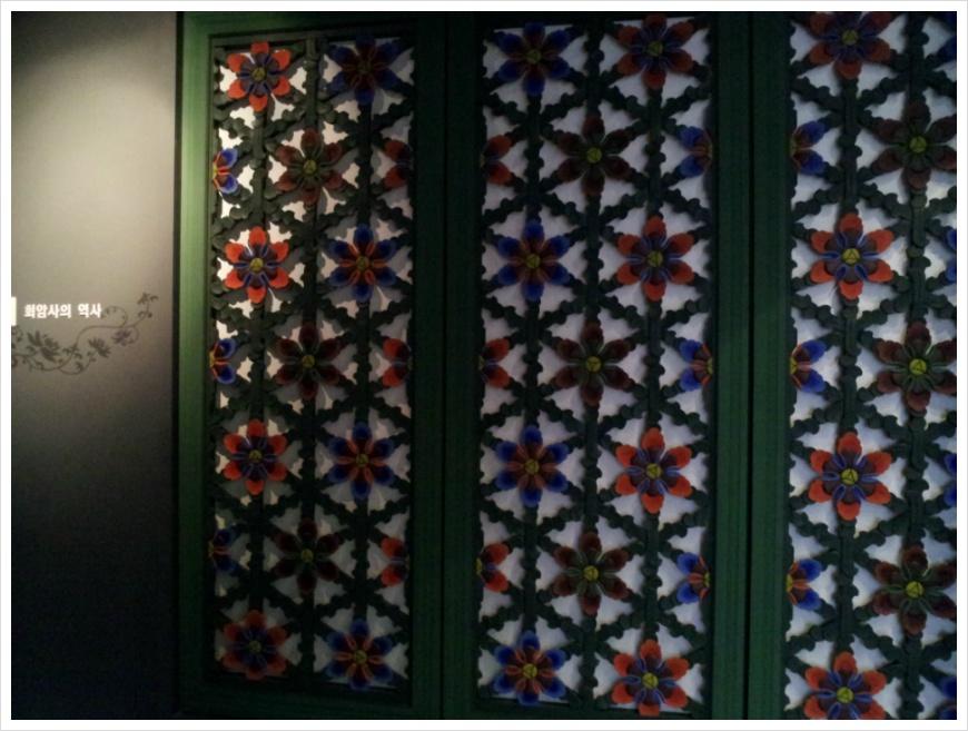 벽면에 붙어 있는 꽃무늬 장식의 모습