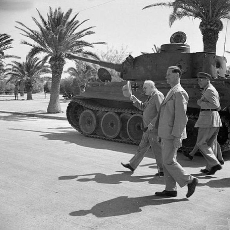영국 윈스턴 처칠 수상의 노획 적 중전차 독일군 타이거-1 관찰    Winston Churchill examine captured German Tiger 1 Tank Number 131 in theTunis